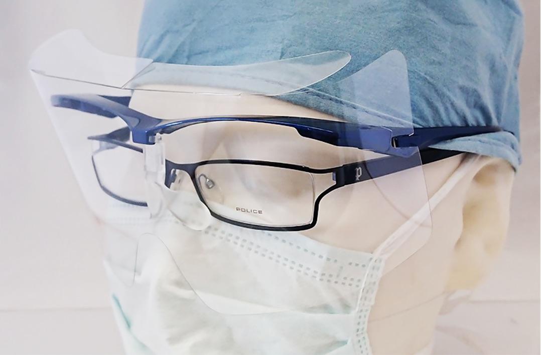 メガネをかけている方も男女問わず着用可能なフェイスシールド。